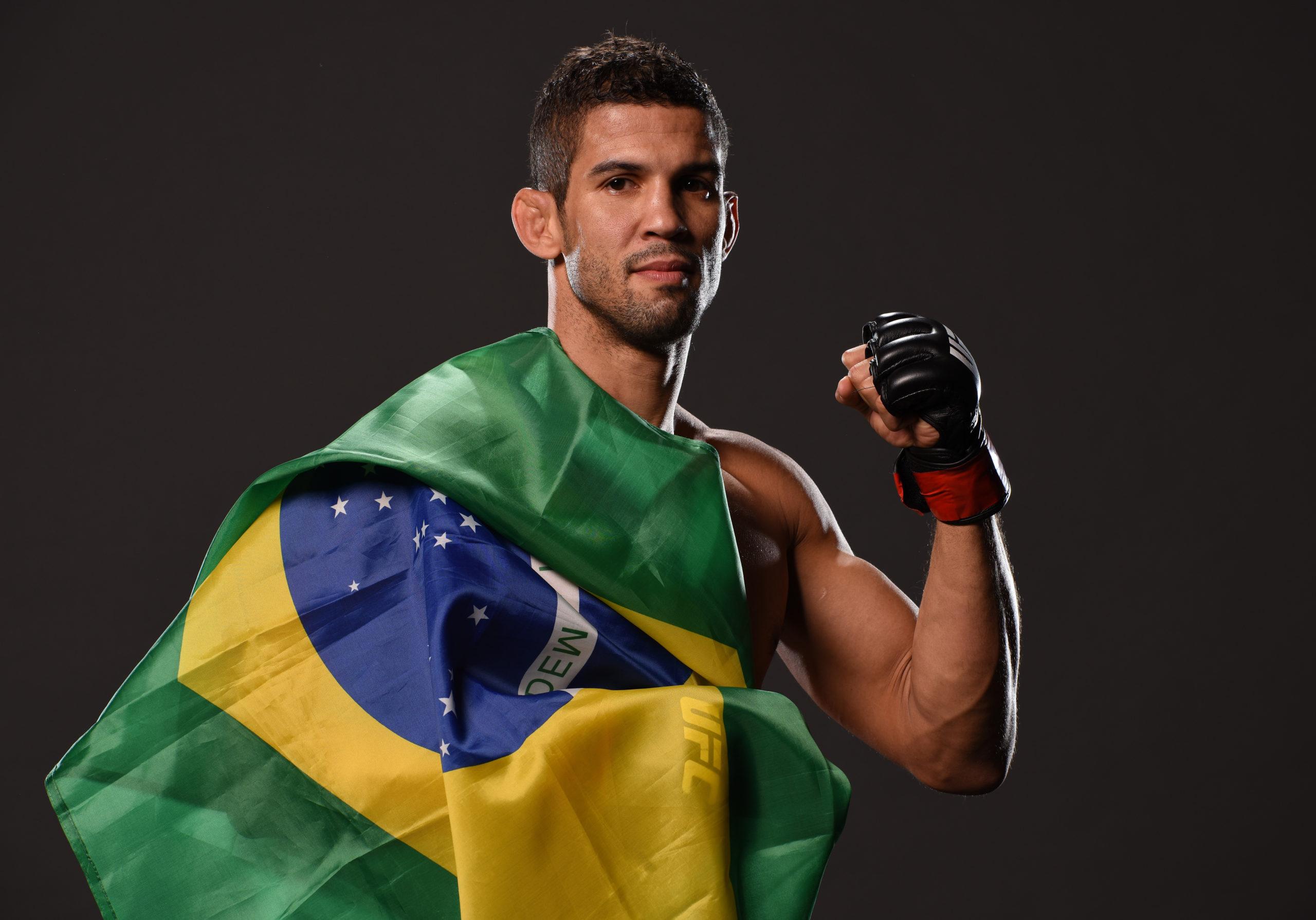 Léo Santos com bandeira do Brasil